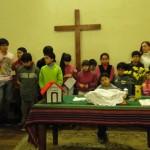 niños y niñas se preparan para ir a la clase de Educación Cristiana