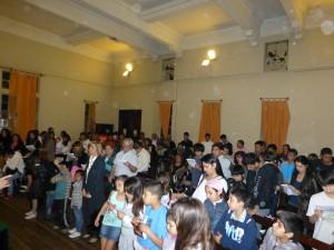 la iglesia se reúne y celebra la incorporación de nuevos hermanitos y hermanitas