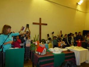 niños y niñas muestran sus Biblias antes de ir a la clase de Educación Cristiana