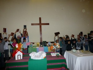 niños y niñas con sus Biblias